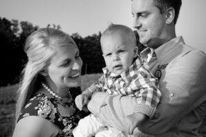 familie verhaalfotografie, moeder, vader en peuter zoon, zwart & wit