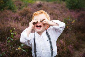 familie verhaalfotografie, kleuter met z'n nieuwe fondsen, twee stenen voor z'n ogen