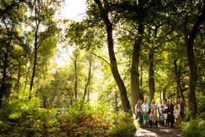 familie verhaalfotografie, landschaps familie foto in het bos