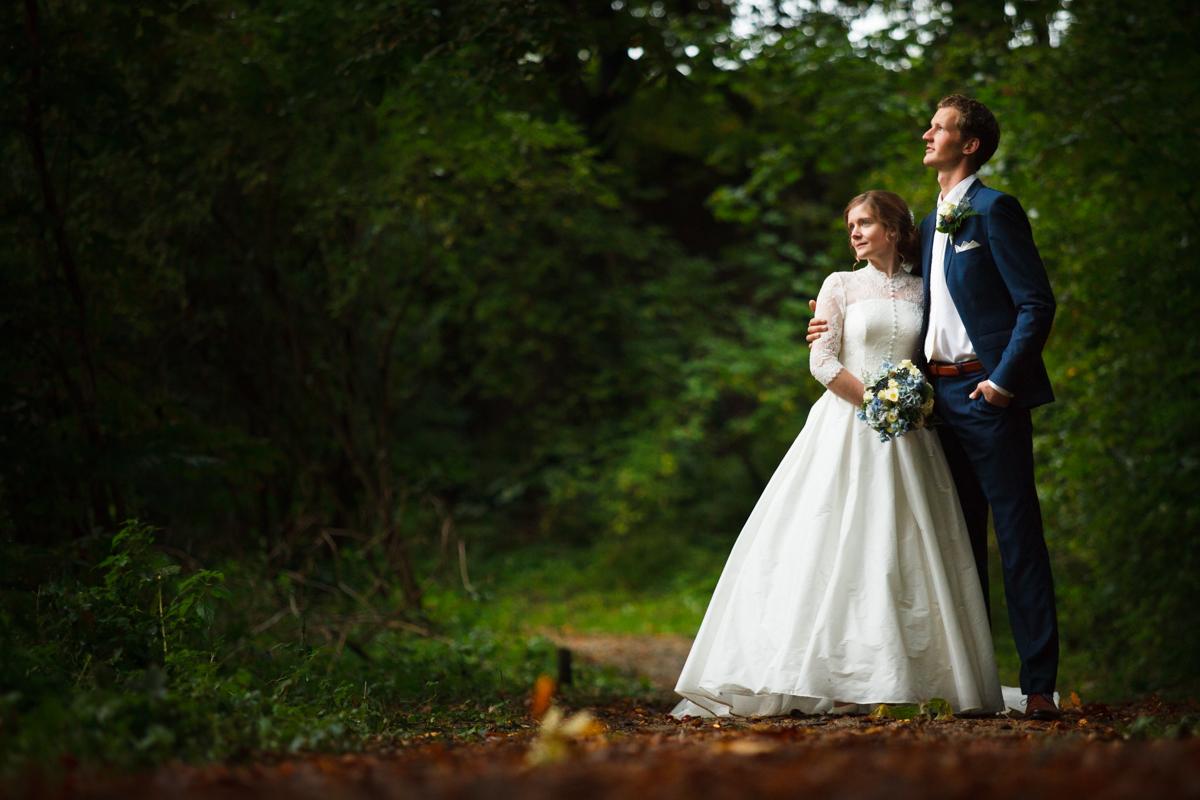 bruidspaar op bospad