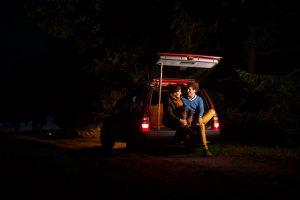 loveshoot portret, stel in hun bouwauto op een landelijk weggetje