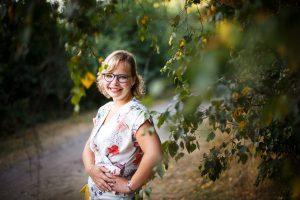 portret foto jonge vrouw door boom bladeren