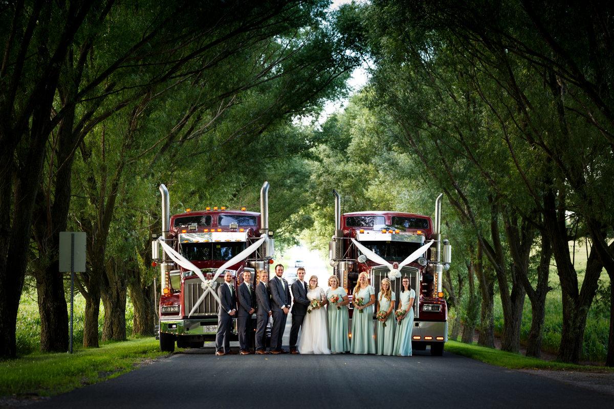 bruidspaar en bridal party met trucks onder de bomen van Dover Street