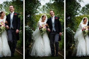 Engelse verhaalvertellende bruiloft, bruid en bruidegom op tuinpad