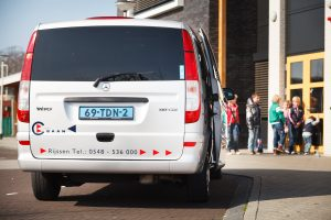Taxi Baan, Schoolvervoer, kinderen gebracht naar school met Vito Mercedes bus Taxi Baan
