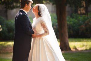 verhaalvertellende trouwfotografie, Deventer Bergkwartier, bruidspaar portret net voor de kus