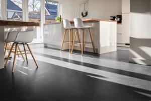 grijze Stucco keuken vloer van Jan Oalbert Rijssen